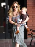 http://img260.imagevenue.com/loc596/th_331988284_Hilary_Duff_Babies_First_Class7_122_596lo.jpg